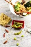 Minestra di verdura con carne, le tagliatelle e le verdure in un piatto bianco Fotografia Stock