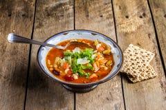 Minestra di verdura del minestrone con parmigiano. Fotografie Stock