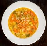 Minestra di verdura del minestrone sul piatto bianco Immagini Stock