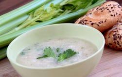 Minestra di verdure del sedano con parmigiano e le intere baguette del grano Fotografia Stock