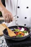 Minestra di versamento del cuoco unico alla pentola Fotografie Stock