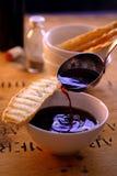 Minestra di versamento del vino con pane tostato Fotografia Stock