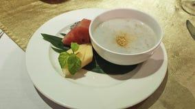 Minestra dolce cambogiana della noce di cocco, dessert Su una foglia della banana, anguria, menta, melone immagini stock