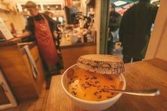 Minestra e pane saporiti in un caffè occupato dell'via-alimento con il menu locale Fotografia Stock Libera da Diritti