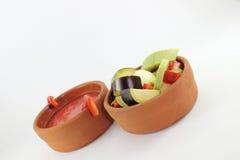 Minestra e verdure del pomodoro in pentole calde Immagini Stock Libere da Diritti