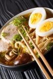 Minestra giapponese deliziosa del udon con carne di maiale, le uova, lo shiitake e la cipolla fotografia stock libera da diritti