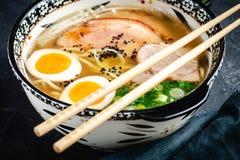 Minestra giapponese di ramen con le tagliatelle, la carne di maiale, le uova e la cipolla di inverno del Udon fotografia stock