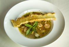 Minestra italiana dei frutti di mare con pane e le foglie di menta fotografia stock