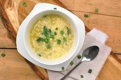 Minestra libera del glutine dal porro, dall'uovo, dalla polenta e dal parmigiano su fondo di legno Fotografie Stock
