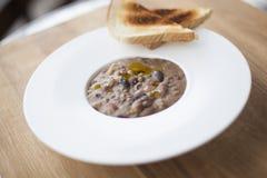 Minestra maträtt med rostat brödbröd på träyttersida Arkivfoton