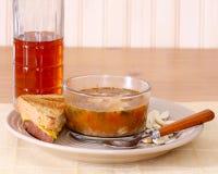 Minestra, panino e bevanda Immagini Stock Libere da Diritti