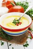 Minestra piccante della zucca con crema e peperoncino Fotografia Stock