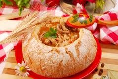 Minestra polacca della trippa (flaki) in ciotola del pane Immagini Stock