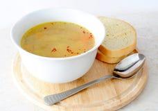 Minestra pollo/della verdura con pane ed il cucchiaio Fotografia Stock Libera da Diritti