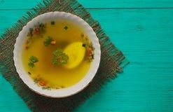 Minestra pura con le verdure in piatto sulla tavola di legno Styl rustico Fotografia Stock Libera da Diritti