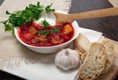 Minestra rossa delle barbabietole con aglio e pane Immagine Stock