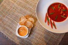 Minestra tradizionale del pomodoro con le bouillabaisse dei crostini immagini stock libere da diritti