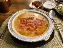 Minestra turca Beyran con la carne dell'agnello, il riso, l'aglio tagliato e la salsa dell'all'aceto serviti con insalata immagini stock