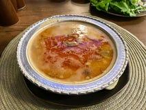 Minestra turca Beyran con la carne dell'agnello, il riso, l'aglio tagliato e la salsa dell'all'aceto serviti con insalata fotografie stock