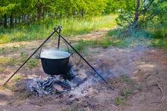 Minestra in un vaso nel fuoco Immagine Stock