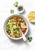 Minestra vegetariana del pomodoro della quinoa del vaso del pulviscolo con le patatine fritte di tortiglia del cereale, l'avocado immagini stock