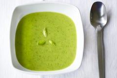 Minestra verde cremosa di aglio selvaggio e di spinaci Fotografie Stock Libere da Diritti