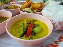 Minestra verde del curry con i peperoncini rossi rossi Fotografie Stock