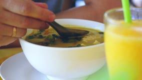 Minestra verde tailandese mangiatrice di uomini del curry al ristorante all'aperto 3840x2160 video d archivio