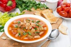 Minestrone com vegetais, feijões e pão torrado Foto de Stock