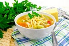 Minestrone da sopa na bacia branca no guardanapo Fotografia de Stock Royalty Free