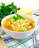 Minestrone da sopa na bacia no guardanapo Fotos de Stock Royalty Free