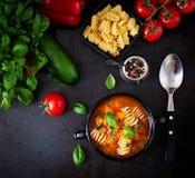 Minestrone italiensk grönsaksoppa med pasta arkivbild
