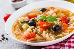 Minestrone italiensk grönsaksoppa med pasta Strikt vegetarianmat arkivfoto
