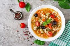 Minestrone italiensk grönsaksoppa med pasta Strikt vegetarianmat Royaltyfri Foto