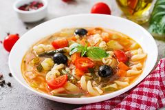 Minestrone, minestra di verdura italiana con pasta Alimento del vegano immagini stock libere da diritti