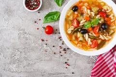 Minestrone, minestra di verdura italiana con pasta Alimento del vegano fotografia stock