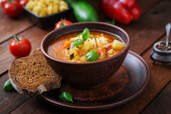 Minestrone, potage aux légumes italien avec des pâtes Images stock