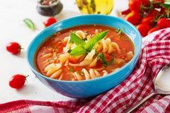 Minestrone, sopa de verduras italiana con las pastas fotografía de archivo