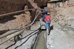 Mineurs argentés poussant le chariot, Potosi Bolivie Photographie stock
