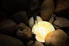 Mineurs miniatures creusant la pièce de monnaie d'or de Moreno dans le mien photographie stock libre de droits