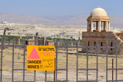 Minfältet undertecknar in hebré, arabiskan som är engelsk i Jordan Valley, Israel Arkivbild