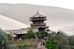 Mingsha Shan Mountain & Crescent Lake in Dunhuang, China royalty-vrije stock foto's