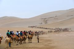Mingsha Shan Mountain & Crescent Lake in Dunhuang, China stock afbeeldingen