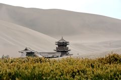 Mingsha Shan Mountain & Crescent Lake a Dunhuang, Cina immagine stock libera da diritti
