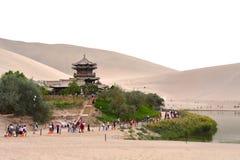 Mingsha Shan Mountain et Crescent Lake à Dunhuang, Chine photos stock