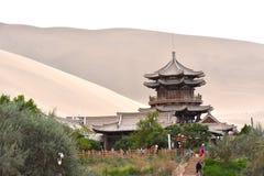 Mingsha Shan Mountain et Crescent Lake à Dunhuang, Chine photographie stock libre de droits