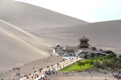 Mingsha Shan Mountain y Crescent Lake en Dunhuang, China fotos de archivo