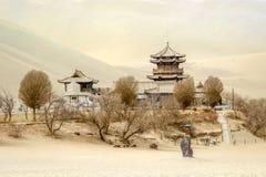 Mingsha shanu piaska góra i półksiężyc księżyc jezioro w Dunhuang, Gansu, Chiny fotografia stock