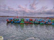 Minha cidade muitos entra com os barcos de pesca alinhados imagens de stock