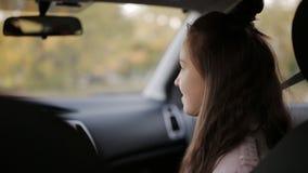Minha filha e sua mãe passam o tempo junto Mãe e filha um adolescente junto no passeio e na conversa do carro video estoque